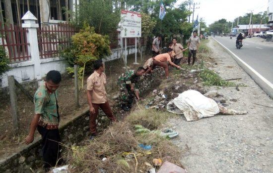 Babinsa Darul Makmur Ajak Siswa Peduli Kebersihan Lingkungan