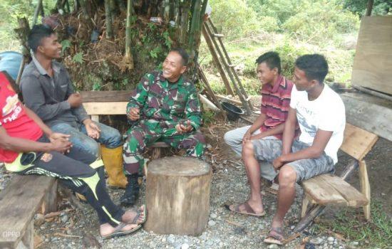 Babinsa Koramil 09/ST Laksanakan Komsos dengan  Warga Binaannya