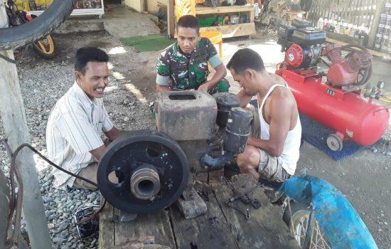 Babinsa Koramil Seunagan Bantu Warga Perbaiki Mesin Penggiling Padi