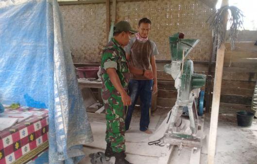 Jelang Hari Raya Idul Fitri, Babinsa Ramil 04/Plk Sambangi Penggilingan Tepung
