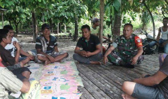 Babinsa Himbau Pemuda Setempat Untuk Aktifkan Pos Kamling Kembali