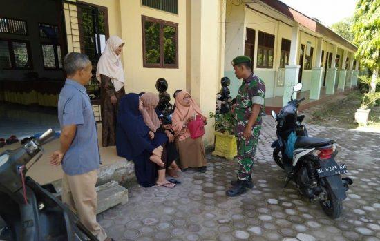 Babinsa Koramil 10/Tnl  Laksanakan Komsos Dengan Para Guru di SD N 1 Tanah Luas