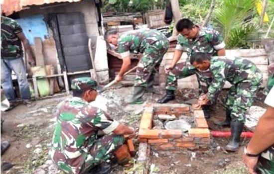Meski Bulan Puasa, Personel TNI Ini Tetap Semangat Bangun Jamban Bagi Keluarga Kurang Mampu