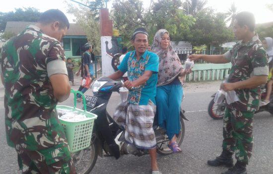 Babinsa Kodim Aceh Jaya Kembali Bagikan Takjil Untuk Warga