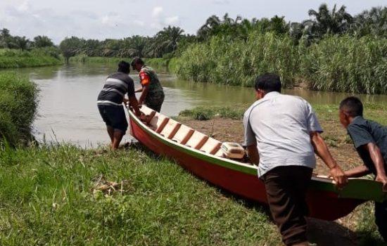 Babinsa Rundeng Bantu Warga Turunkan Perahu