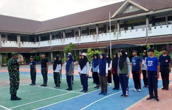 Semarakkan HUT TNI ke 74, Babinsa Koramil 13/KTA Latih PBB di SMAN 4 Banda Aceh