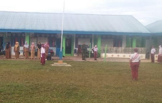 Kopda Ginting Pembina Upacara di SD Negeri 1 Darul Hikmah