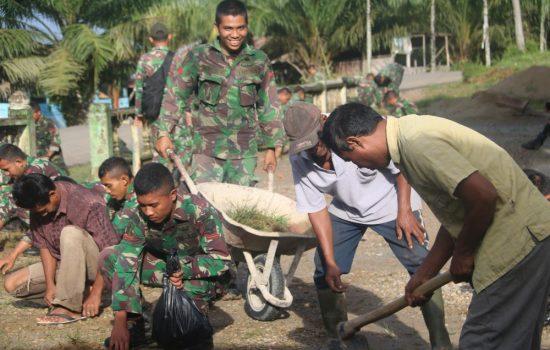 Prajurit Yonif Raider Khusus 111/KB Gotong Royong Bersama Masyarakat Bersihkan Perkarangan Tempat Ibadah