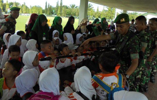 Yonif 116/GS Kenalkan Profesi TNI kepada Anak-anak TK Al Azhar Meulaboh