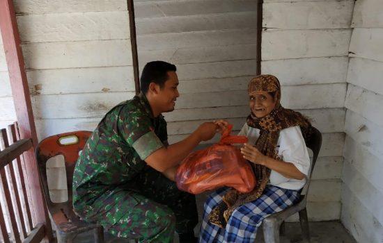 Kodim Aceh Jaya Bagikan Ratusan Paket Sembako untuk Warga Miskin