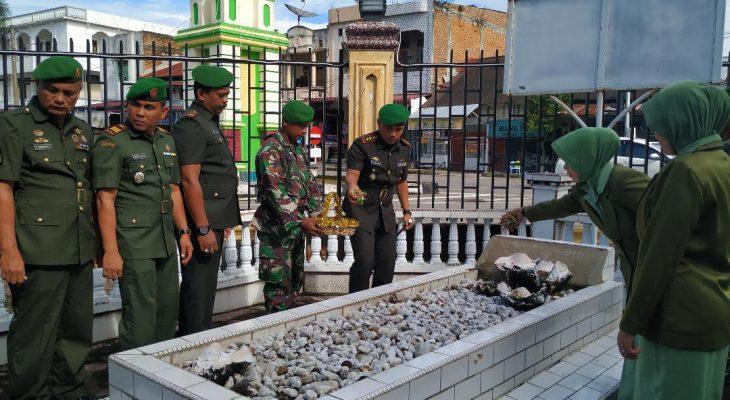 Dandim 0110/Abdya Laksanakan Upacara Ziarah di Makam Pahlawan