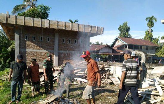 Danramil 02/Kuala Batee Pimpin Kegiatan Karya Bakti Bersama Masyarakat