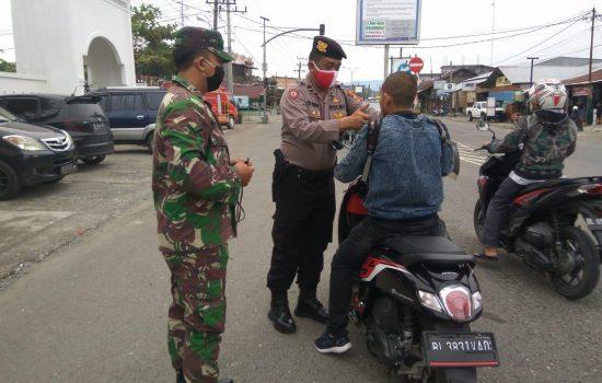 Penerapan New Normal,TNI/ Polri Bagikan Masker Di Nagan Raya