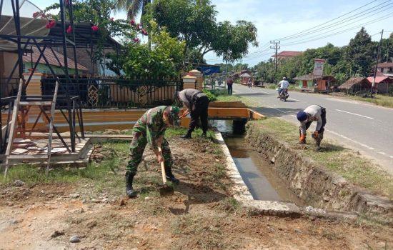 Peduli Kebersihan Lingkungan, TNI/Polri Bersihkan Pasar Tradisional Desa Ladang Rimba Trumon