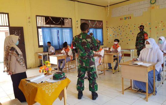 Belajar di tengah pandemi covid-19, babinsa di nagan raya terapkan prokes terhadap siswa