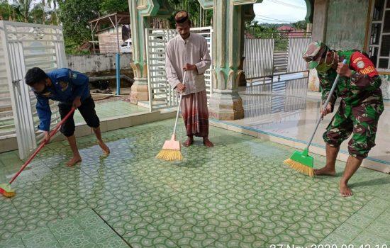 Jum'at Bersih, Personil Koramil 09/Trumon Bersama Dinas Terkait Kembali Bergotong Royong Bersihkan Mesjid