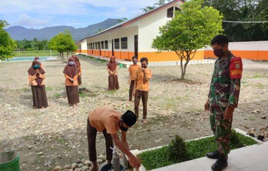 Sambangi Sekolah, Babinsa Koramil 14/Pasie Raja Edukasi Penerapan Protkes dan Sosialisasi Bahaya Covid-19