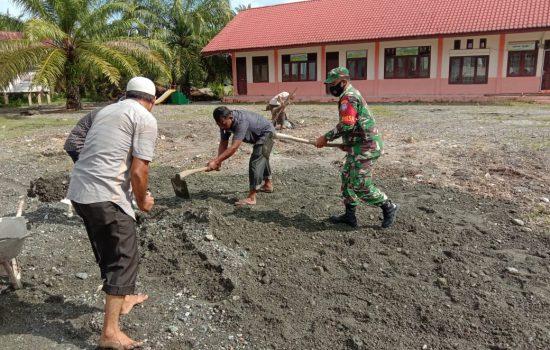 Babinsa Bersama Warga Gotong Royong Perbaiki Sarana Lapangan Upacara di Sekolah